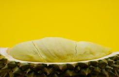 Frischer geschnittener Durian lokalisiert auf gelbem Hintergrund stockfotografie
