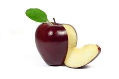 Frischer geschnittener roter Apfel mit dem grünen Blatt lokalisiert auf Weiß Stockfotografie