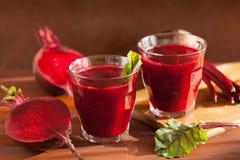Frischer gesunder Rote-Bete-Wurzeln Saft und Gemüse Stockfotos