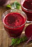 Frischer gesunder Rote-Bete-Wurzeln Saft und Gemüse Stockfoto