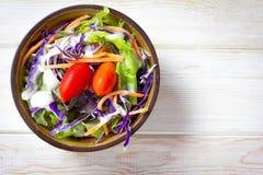 Frischer gesunder Salat auf Holztisch Stockbilder
