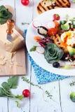 Frischer gesunder Salat mit Tomaten-Rettich-poschiertes Ei-Parmesankäse-Parmesankäse Lizenzfreie Stockbilder