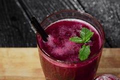 Frischer, gesunder, starker Saft der roten roten Rübe Ein Glas von Rote-Bete-Wurzeln Smoothie mit Minze auf einem schwarzen Hinte stockbilder