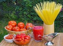 Frischer gesunder Tomatesaft und -ketschup für Teigwaren Stockbild