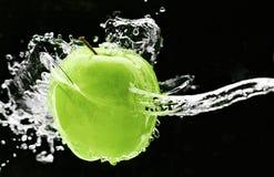 Frischer grüner Apfel Unterwasser Lizenzfreies Stockfoto