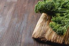 Frischer grüner Brokkoli auf einem hölzernen Brett lizenzfreies stockbild