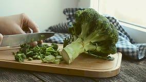 Frischer grüner Brokkoli, der in Stücke, Nahaufnahme gehackt wird stock video