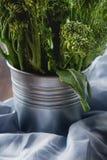 Frischer grüner Brokkoli in einer Metallplatte Dunkler hölzerner Hintergrund Badekurort stockfotografie