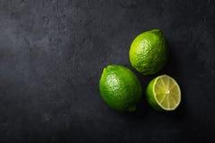 Frischer grüner Kalk auf schwarzem Hintergrund Lizenzfreies Stockfoto