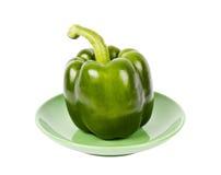 Frischer grüner Pfeffer auf grüner Platte Lizenzfreies Stockfoto