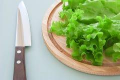 Frischer grüner Salat mit Messer Stockfotografie