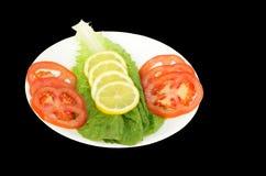 Frischer grüner Salat mit Tomate, Zitrone und Kopfsalat Stockfotos