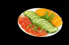 Frischer grüner Salat mit Tomategurke und -karotte Stockbild