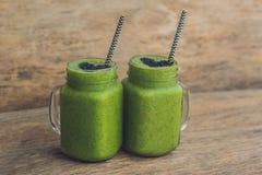 Frischer grüner Smoothie mit Banane und Spinat mit Herzen von Samen des indischen Sesams Liebe für ein gesundes rohes Lebensmitte Lizenzfreie Stockfotos