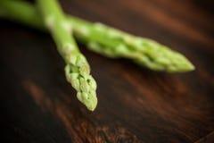 Frischer grüner Spargel auf Holztisch Lizenzfreie Stockfotografie