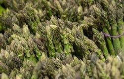 Frischer grüner und gesunder Spargel in den Bündeln Stockfoto