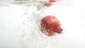 Frischer Granatapfel im Wasser. Lizenzfreies Stockbild