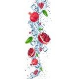 Frischer Granatapfel mit Wasserspritzen Lizenzfreie Stockfotos