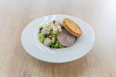 Frischer griechischer Salat mit Oliven lizenzfreie stockfotos