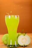 Frischer Guavensaft und -spalte Stockfoto