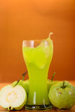 Frischer Guavensaft und -spalte Stockfotos
