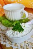 Frischer Hüttenkäse und Milch stockbilder