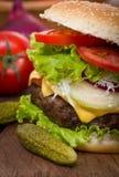 Frischer Hamburger schließen auf dem Tisch oben Lizenzfreie Stockfotos