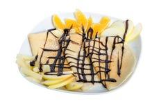 Frischer heißer Blini mit dem Apfel, Orange und Schokolade lokalisiert auf weißem Hintergrund Lizenzfreies Stockfoto