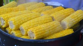 Frischer heißer Mais in einem großen Glas stock video footage