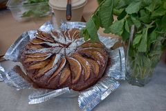Frischer heißer selbst gemachter gebackener Apfelkuchen auf einer Folie stockfotos