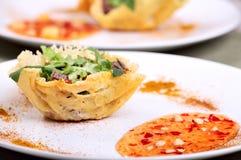 Frischer heller Salat im Parmesankäseparmesankäsekorb Lizenzfreie Stockfotos