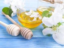 Frischer Honig, blühender köstlicher Apfelbaum der organischen gesunden Jahreszeit, hölzerner Hintergrund stockfotografie