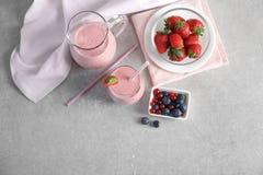 Frischer Jogurt Smoothie mit Erdbeere und Beeren Lizenzfreies Stockfoto