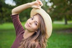 Frischer junger Brunette, der in der Natur aufwirft. Lizenzfreie Stockbilder