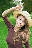 Frischer junger Brunette, der in der Natur aufwirft. Stockfotografie