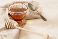 Frischer köstlicher Honig in einem Kristallglas stockfotos
