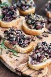 Frischer köstlicher Tapenade auf Toastbrot stockbilder