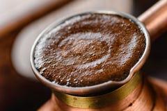 Frischer Kaffee im Topf Stockfotografie