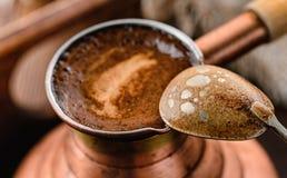 Frischer Kaffee im Topf und in einem Löffel Lizenzfreie Stockfotografie