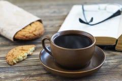 Frischer Kaffee mit Plätzchen und Buch Stockbild