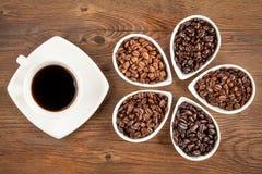 Frischer Kaffee und Bohnen Lizenzfreie Stockbilder