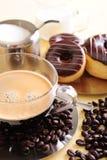 Frischer Kaffee und Kuchen Stockfotos