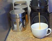 Frischer Kaffee von einer Espressomaschine Lizenzfreie Stockfotografie