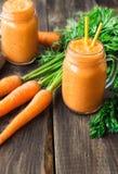 Frischer Karotte Smoothie in den Gläsern Lizenzfreie Stockbilder