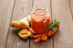 Frischer Karottensaft (Smoothies) in einem Glasgefäß Lizenzfreies Stockbild