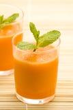 Frischer Karottensaft und Minze Stockbild