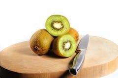 Frischer Kiwi Fruit auf hackendem Brett mit einem Messer Stockbild