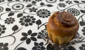 Frischer kleiner Kuchen mit Rosinen lizenzfreie stockfotografie