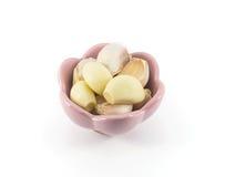 Frischer Knoblauch lokalisiert in der rosa Schale Lizenzfreie Stockfotografie