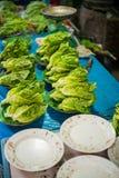 Frischer Kopfsalat auf einem Stall Lizenzfreies Stockfoto